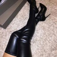 Высокие сапоги на стройных ножках