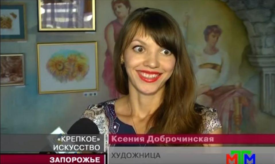 Художница Ксения Доброчинская представила картины, написанные кофе и алкоголем