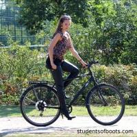 Велосипедистка в удобной обуви