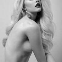 Надменная блонда