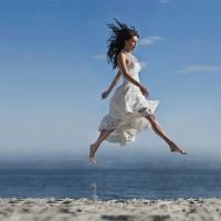 летящей походкой...