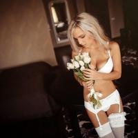 Блондинка в белом с белыми цветами