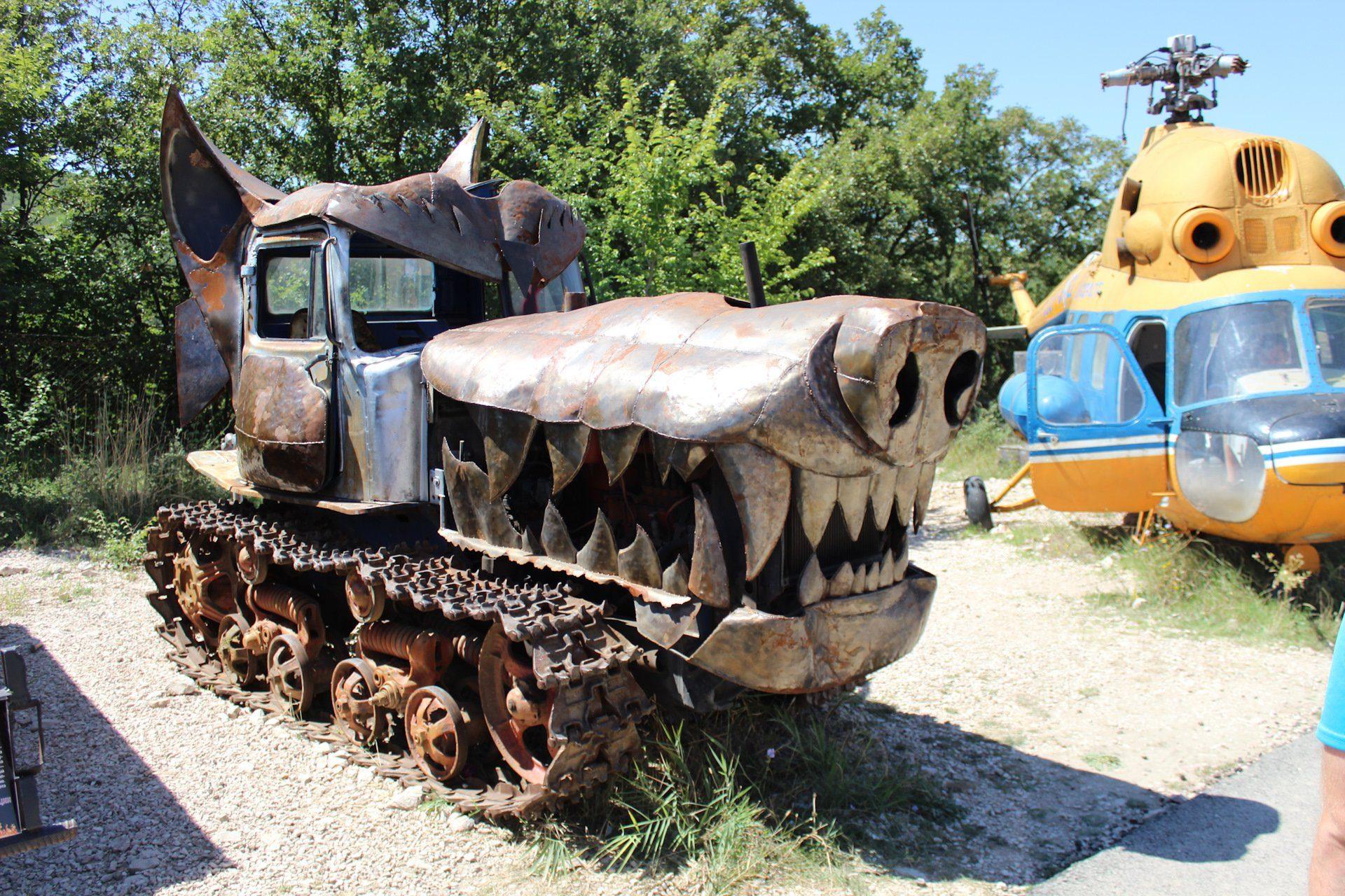 Злой серый трактор