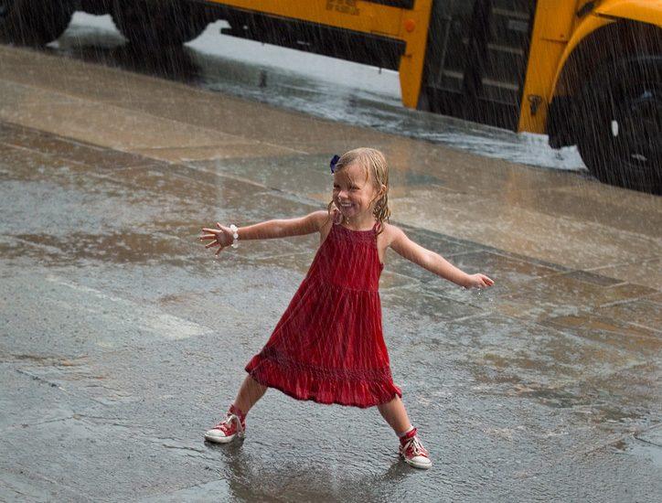 Дождь, девочка и автобус