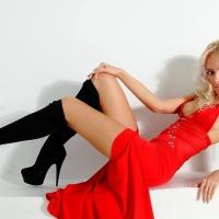 Блондинка в красном
