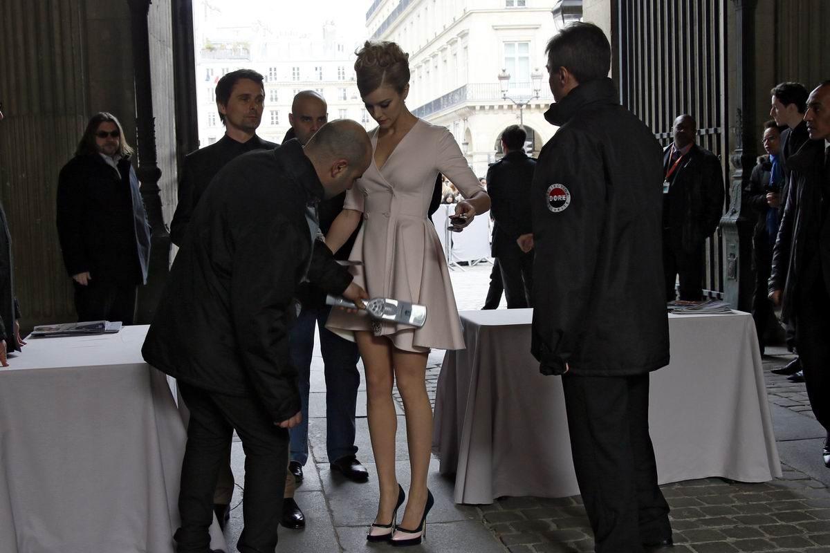 Проверка на входе парижской выставки моды от Диор