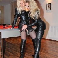 Две кожаные леди