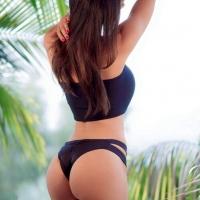 На фоне пальм
