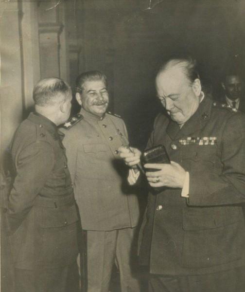 Сталин смеётся над устаревшим смартфоном Черчилля