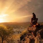 Намибия: девушка и пейзаж в лучах солнца