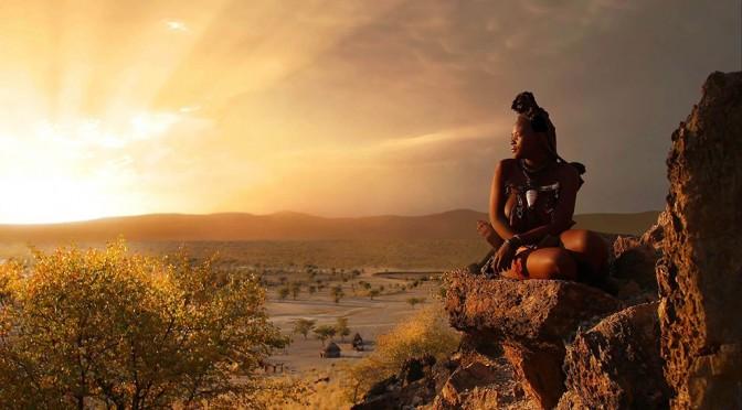 Namibiya-devushka-i-pejzazh-v-luchah-solntsa